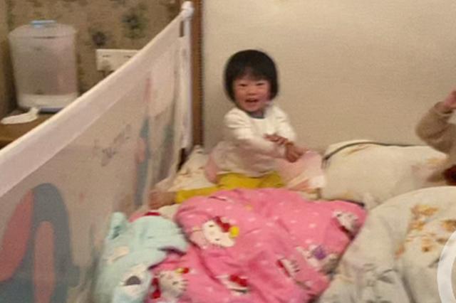 2岁熊孩子反锁房门急坏家长 消防员破门后看到这样一幕