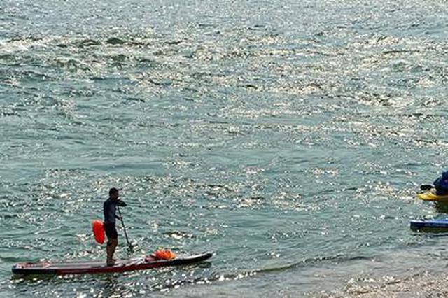 """重庆这片""""海""""媲美三亚 众多皮划艇爱好者爽玩冲滩"""