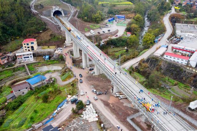 鄭萬高鐵重慶段進入鋪軌階段 設計時速350公里