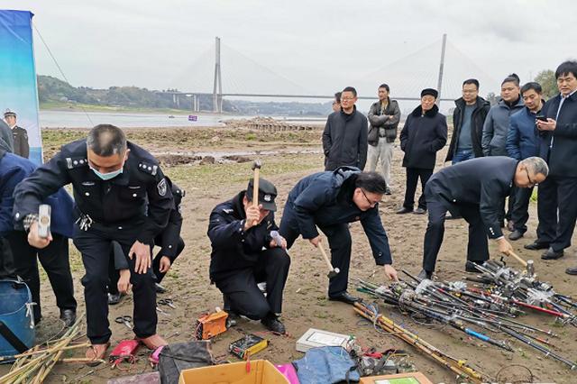 执法人员对非法捕捞器具进行销毁。新华网发(孙丽雯 摄)
