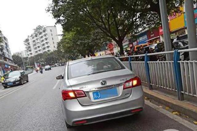 """重庆坡太陡外地小伙吓得不敢开车 求民警当""""代驾"""""""