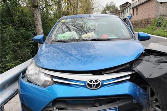 奥迪司机低头捡手机 瞬间撞上对向来车两乘客受伤