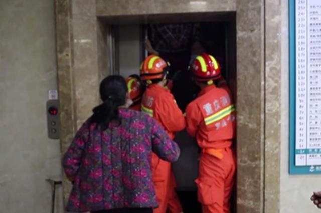 医院电梯故障15人被困 消防破拆救人