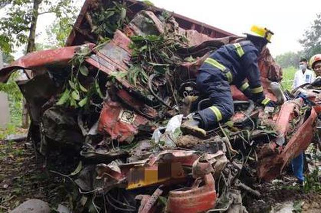 重庆一大货车翻下悬崖摔散架 司机腿部被卡动弹不得