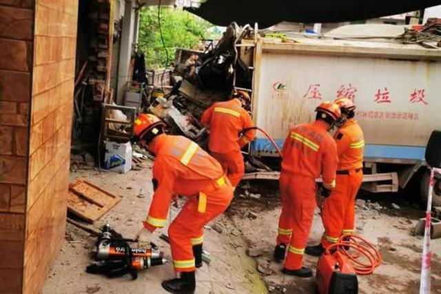"""重庆一环卫车""""怼""""上路边房屋 驾驶员不幸死亡"""