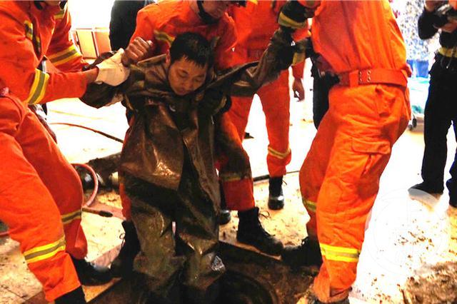 男子进行下水道清淤时突发坍塌被困 消防紧急救援