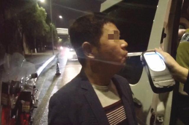 """司机酒驾被查求""""打折"""" 重庆交巡警:这个真不行!"""