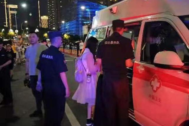 封闭的千厮门大桥上游客突发疾病 民警为其紧急开道
