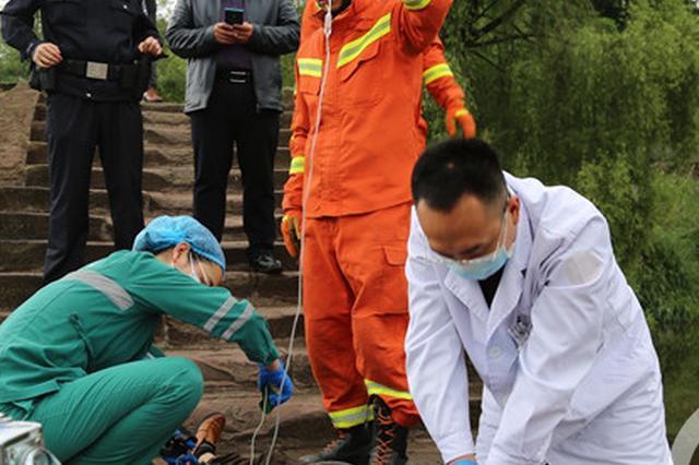 男子走路看手机 不幸坠桥溺水身亡