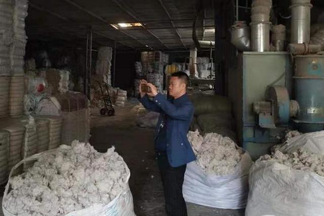 """重庆一工厂假冒""""新疆棉花"""" 1200床伪劣棉被被查封"""