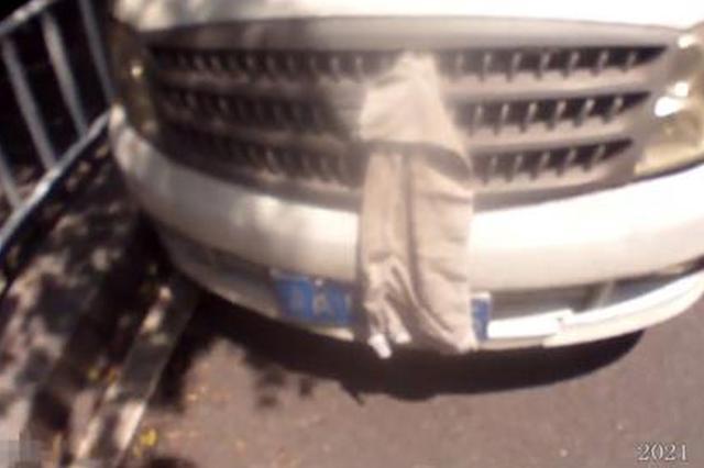 为躲避电子抓拍 男子用抹布遮挡车牌被记12分扣驾照