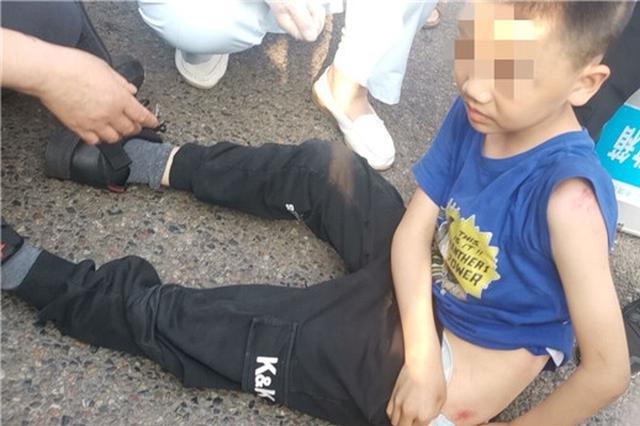 """""""鬼探头""""式横穿马路 重庆9岁男孩被货车撞飞倒地"""