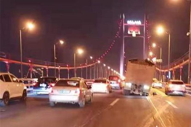 重庆:改装大货车闯禁酿祸 轮胎飞出砸坏3辆小轿车