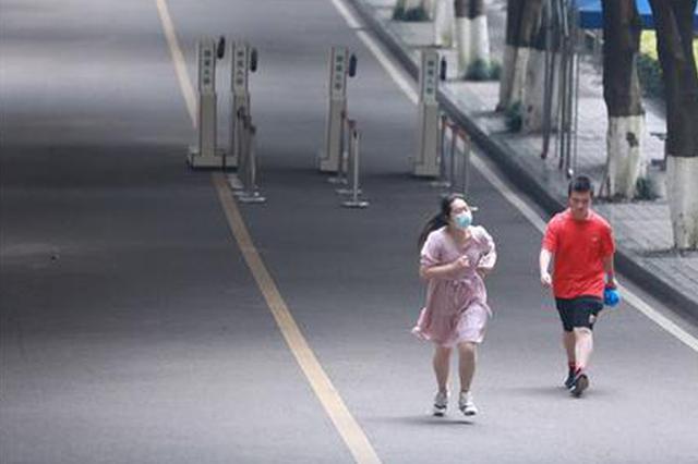 重庆这位女孩第一个跑出考场:我就想要接受采访!