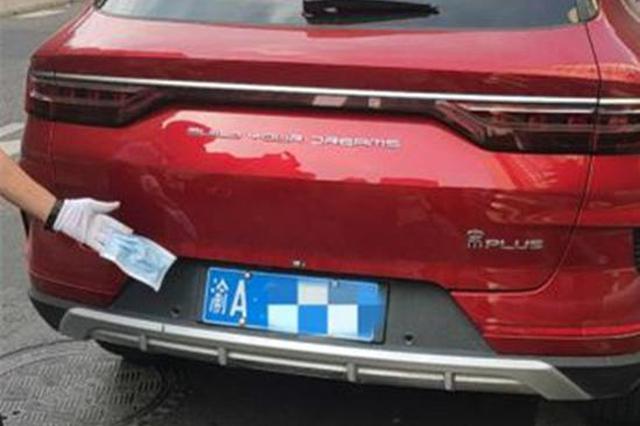 男子拿口罩挡车牌拒不承认 然而监控早已记录下一切