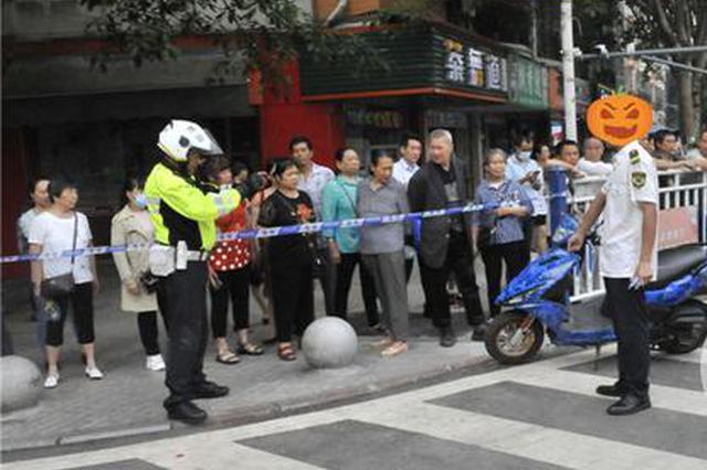重庆一男子骑摩托闯高考警戒线 涉多项违规被扣24分