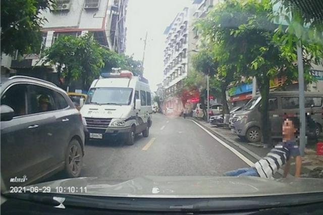 重庆男子横穿马路不慎滑倒 行车记录仪拍下危险瞬间
