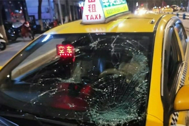 惊险!出租车斑马线前抢行 行人被撞翻砸碎挡风玻璃