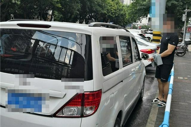重庆一男子酒后连砸8辆汽车后视镜 被抓时满身酒气