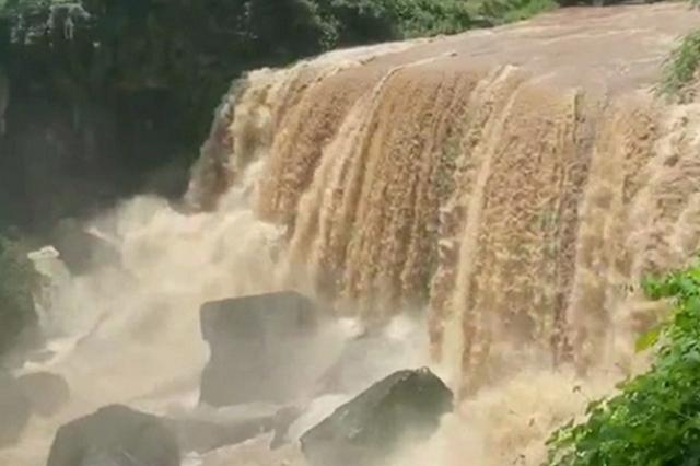 命悬一线! 少年不慎落水 身后是20米高瀑布……
