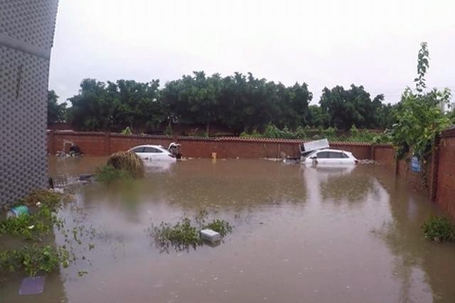 重庆:凌晨暴雨露天停车场被淹 十五辆车泡在水里