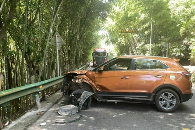 急着去帮儿子处理追尾事故 男子驾车爆胎撞上路边护栏