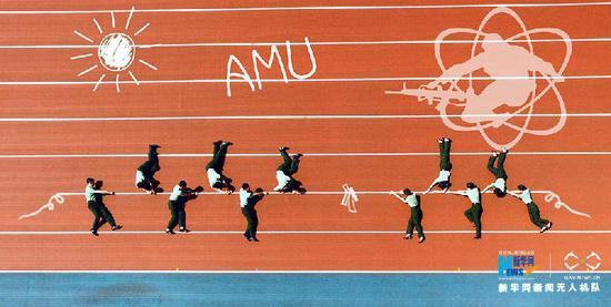 军医大学毕业生拍创意毕业照 人体拼出心电图和骨骼模型