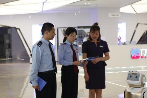 国家税务总局重庆两江新区税务局工作人员到两江机器人展示中心向初创企业宣传A级纳税人成长计划相关激励措施。(尹琳 摄)