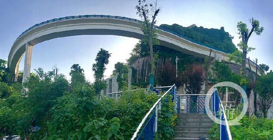走进8D魔幻重庆城 步道纵横交错 高楼就在脚下