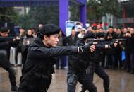 重庆特警持枪展示气场十足