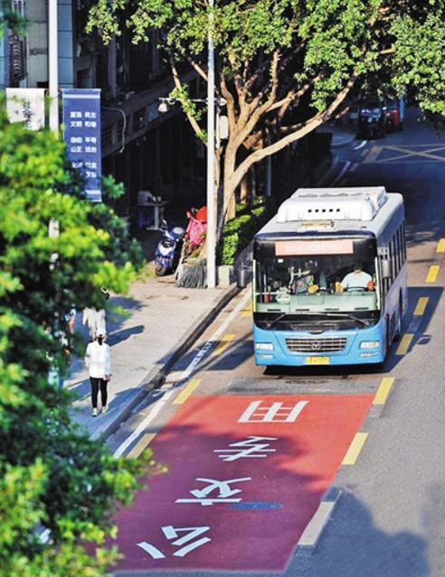 2017年9月 重庆首条公交优先车道正式投用
