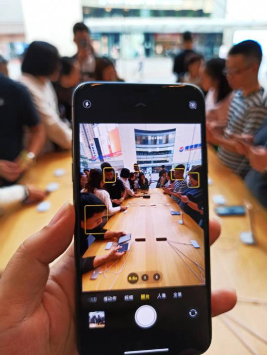 直击iPhone11首日线下发售 专卖店人潮涌动