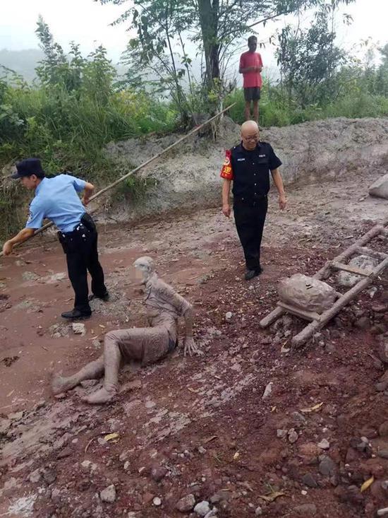 顺利将老人救出泥沼。渝北区公安局供图