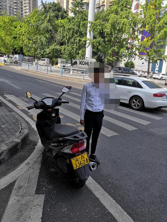 龙塔大队依法查获一起使用伪造、变造机动车号牌的违法行为。渝北区交巡警支队供图