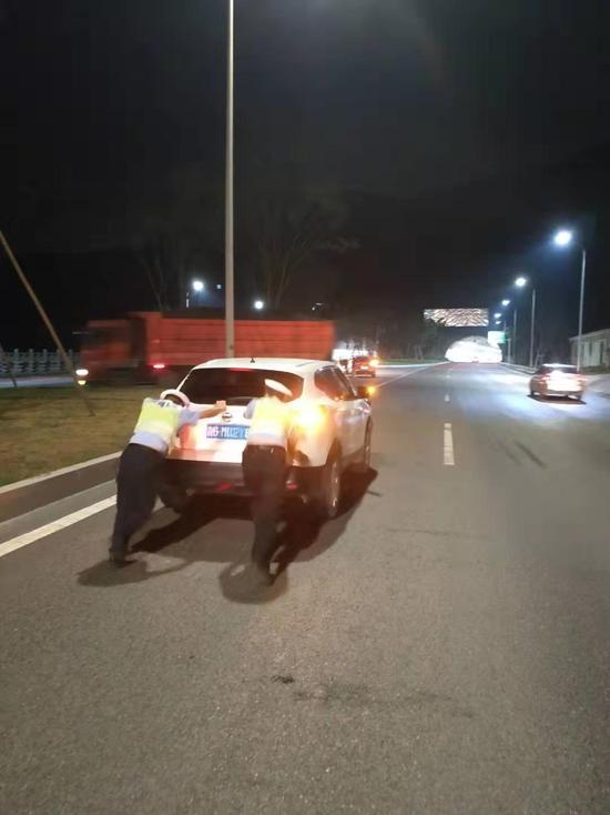 龙兴大队快速处置一起小车抛锚堵隧道事件。渝北区交巡警大队供图