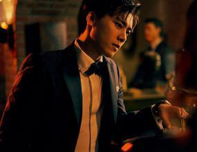 李易峰登《GQ》十一月封面 竖条纹风衣彰显绅士品格