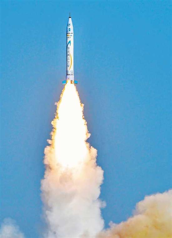 """5月17日7点33分,西北某发射基地,由中国民营企业零壹空间自主研制的OS-X型火箭""""重庆两江之星""""首发成功。记者 万难 摄"""