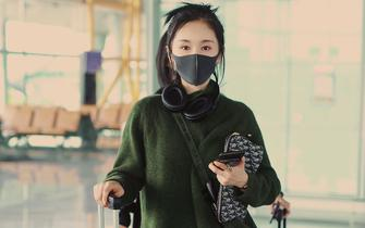 王子文墨绿色系现身机场 时髦复古满溢浓郁秋韵