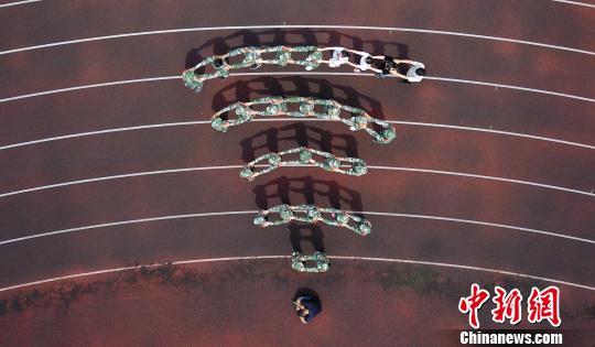 """扬州500多名""""00后""""大学新生拍摄个性军训照"""
