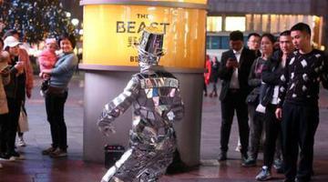 重庆小伙扮镜面人在街头热舞