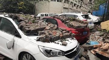 大雨致围墙垮塌 这几辆私家车遭惨了