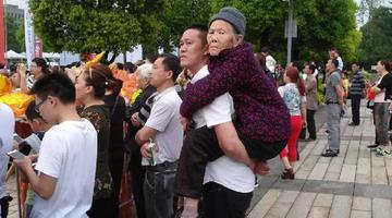 重庆男子背90岁母亲看马拉松赛火了