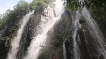 开州雨过天晴现飞瀑 倾泻百米奔腾轰鸣