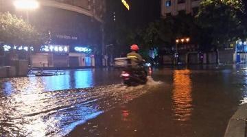 暴雨袭击主城 部分路段积水淹过膝盖
