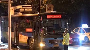 渝中区一公交车撞上限高杆