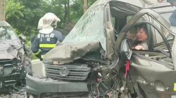 两车相撞女司机被困驾驶室