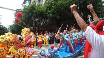 重庆这里的龙舟是在大街上划的