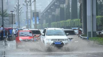 暴雨袭击重庆 车辆缓慢通过积水路段
