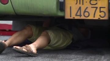 """修车遭遇""""塌顶"""" 司机被压客车车底"""