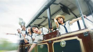 海军风撞上高颜值 重庆美女毕业照走红